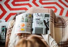 Köpande från Ikea katalogkvinna arkivfoton