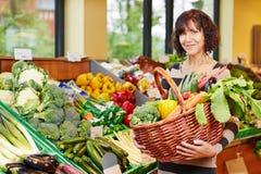 köpande grönsakkvinna royaltyfri bild