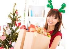 Köpande julgåva Arkivbilder