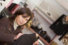 köpande kläderkvinna royaltyfri fotografi