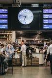 Köpande mat för folk på ett kafé som väntar på deras drev under arkivfoton