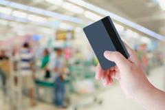 Köpande med kreditkorten i supermarket royaltyfria foton