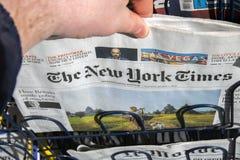 Köpande The New York Times tidning på Amsterdam Nederländerna 2019 arkivbild
