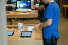 Köpande ny Apple Smartphone iPhone 6 Arkivbild