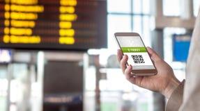 Köpande online-biljett från internet E-biljett på mobiltelefonskärmen royaltyfri foto