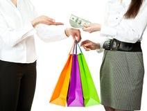 köpande pengar som betalar något kvinnabarn royaltyfri bild