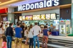 Köpande snabbmat för folk från den McDonald's restaurangen arkivbilder