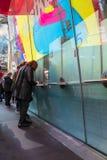 Köpande teaterbiljetter för kvinna på fyrkanten för TKTS-bås tidvis i Manhattan New York City royaltyfri foto