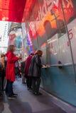Köpande teaterbiljetter för kvinna på fyrkanten för TKTS-bås tidvis i Manhattan New York City arkivfoton