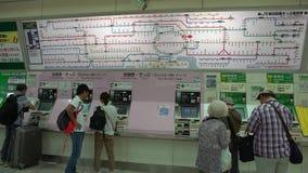 köpandebiljett för japanskt folk 4K på tunnelbanastationen i Tokyo Drev i Japan lager videofilmer