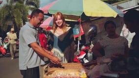 Köpandechili på balinesemarknad stock video