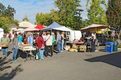 Köpare och försäljare på bönderna marknadsför i Calistoga, Californi royaltyfri bild