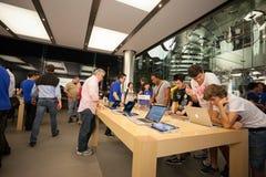 Köpare och säljare i det Apple lagret i Hong Kong Royaltyfri Foto