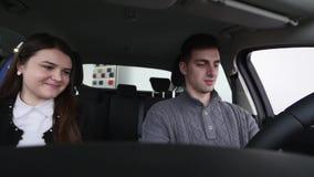 Köpare som har konversation med bilsäljaren under kontroll av bilen stock video