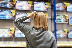 Köparekvinna och TV i lager arkivfoto