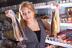 köparen väljer den rökta fisken Arkivfoto