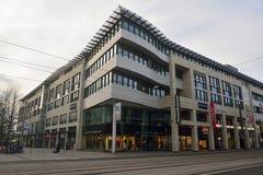 Köpcentrum längs Breiter Weg i Magdeburg Royaltyfri Fotografi