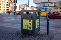 Köpenhamn Danmark - April 1, 2019: Avfallfack bredvid en gata för blandat vatten i Christianshavn, bredvid en gata på soligt royaltyfri foto