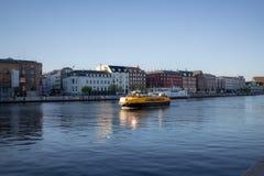 Köpenhamn Danmark - April 1, 2019: Gul fartygbuss för offentligt trans. på Köpenhamnen på solig dag royaltyfri fotografi