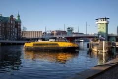 Köpenhamn Danmark - April 1, 2019: Gul fartygbuss för offentligt trans. på Köpenhamnen på solig dag arkivbild