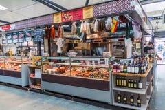 KÖPENHAMN DANMARK - AUGUSTI 28, 2016: Mat stannar den inomhus matmarknaden för inTorvehallerne i mitten av Copenhage arkivbild