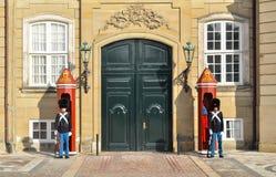 KÖPENHAMN DANMARK - FEBRUARI 27: Kunglig personvakter på Amalienborg Royaltyfri Bild