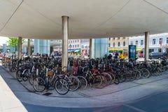 Köpenhamn Danmark - Juli 11, 2018 Många cyklar parkeras Cykel den huvudsakliga transporten i Köpenhamn Transpot, royaltyfri bild