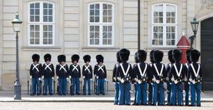 KÖPENHAMN DANMARK - 17 MAJ 2012: Att ändra av hedersvakten på Royal Palace Amalienborg i Köpenhamn, 17 kan 2012, Copenha Royaltyfri Fotografi