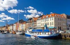 KÖPENHAMN DANMARK - MAJ 29: Fartyg i Nyhavn på Maj 29, 2014 in Royaltyfri Foto