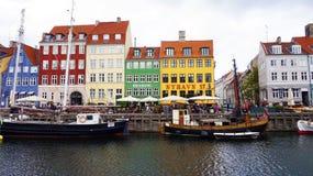 KÖPENHAMN DANMARK - MAJ 31, 2017: scenisk sikt av Nyhavn 17th århundradestrand av Köpenhamnen, Danmark Arkivfoton