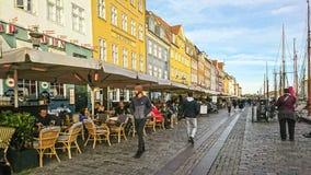 Köpenhamn Danmark - September 25, 2018: Scenisk sikt av den Nyhavn pir med kulöra byggnader, skepp, yachter och andra fartyg i royaltyfri foto