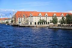 Köpenhamnkanal med fartyg och byggnader i centret, 11 Augusti 2012 Royaltyfri Foto