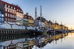 Köpenhamnkanal Nyhavn under skymningtimme Royaltyfri Foto