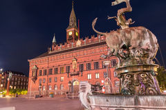 Köpenhamnstadshus på natten från Radhuspladsen royaltyfria foton