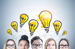 Köpfe der jungen Leute s, Glühlampen Lizenzfreie Stockfotos