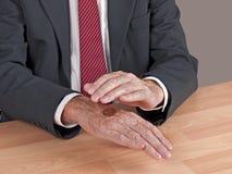 Köpfe oder Hecks - BRITISCHER Geschäftsmann, der Münze wirft lizenzfreies stockfoto