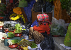 Köpmän på den utomhus- marknaden Arkivbild