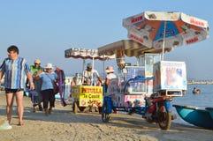 Köpmän på stranden av Durres royaltyfri fotografi
