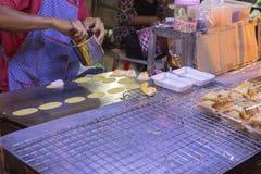 Köpmannen gör den thailändska pannkakan, sort av thailändsk sweetmeat royaltyfria foton