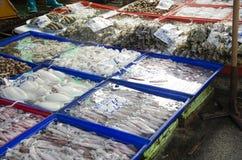 Köpskaldjur för thailändskt folk och handelsresandefrån försäljareskaldjur shoppar Royaltyfria Foton