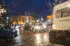 Kör alltid bilen med försiktighet, när det regnar Fotografering för Bildbyråer