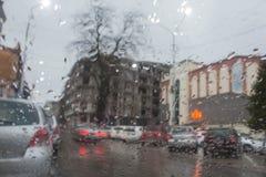 Kör alltid bilen med försiktighet, när det regnar Arkivbilder