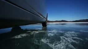 Kör bilen över det djupfrysta Laket Baikal lager videofilmer