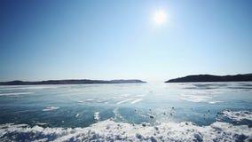 Kör bilen över det djupfrysta Laket Baikal arkivfilmer