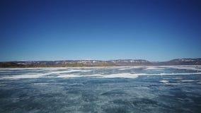 Kör bilen över det djupfrysta Laket Baikal stock video
