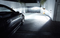 Kör bilen in i garaget, den BMW E46 kupén Arkivbild