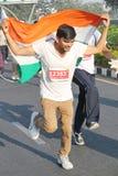 Kör den hållande indiska flaggan för personen, Hyderabad 10K händelse Arkivbild