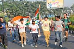 Kör den hållande indiska flaggan för personen, Hyderabad 10K händelse Arkivbilder