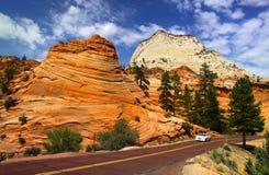 kör den sceniska zionen för nationalparken Arkivfoto