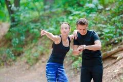 Kör den sunda livsstilen för kondition av unga par som utbildar för maraton, utanför i parkerar Royaltyfri Bild